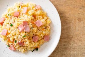 riso fritto casalingo con prosciutto alla piastra foto