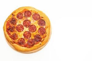 pizza ai peperoni isolato su sfondo bianco foto