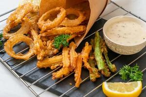 verdure miste fritte di cipolle, carote, mais, zucca o tempura - stile vegetariano foto