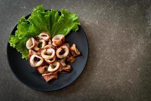 calamari alla griglia su piastra nera foto