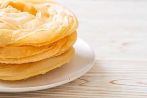 pasta roti fritta croccante con latte condensato zuccherato foto