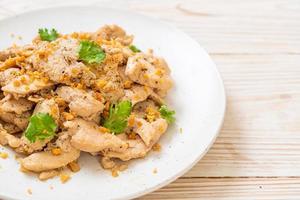 pollo saltato in padella con aglio e pepe foto