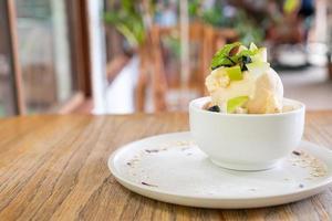 gelato alla vaniglia con mele fresche e crumble di mele al bar e al ristorante foto