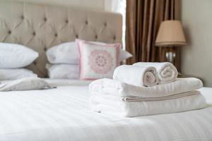 telo doccia bianco sul letto foto