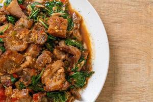 pancetta di maiale croccante saltata in padella e basilico - stile street food locale asiatico foto