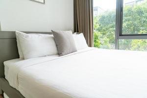 comoda decorazione del cuscino sul letto in camera da letto foto
