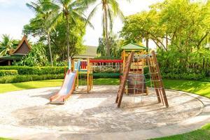 un parco giochi per bambini, uno scivolo situato sulla sabbia foto