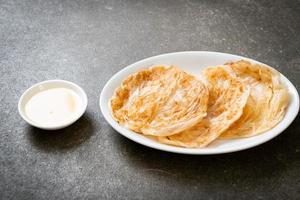roti con dessert di latte condensato zuccherato - stile alimentare musulmano foto