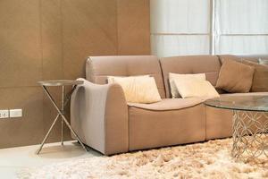 bella decorazione del cuscino sul divano nel soggiorno foto