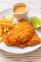 pesce fritto e patatine fritte foto