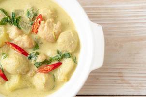 zuppa di curry verde con carne di maiale macinata e polpette in una ciotola - stile asiatico food foto