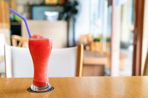 bicchiere di frullato di miscela di anguria nel ristorante caffetteria foto