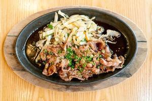 maiale teriyaki in padella calda con cavolo - stile giapponese foto