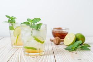 Miele ghiacciato e soda al lime con menta - bevanda rinfrescante foto