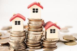 casa sulle monete della pila, concetto di finanziamento di mutuo ipotecario per la casa. foto