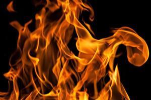 fiamme di fuoco sul nero foto