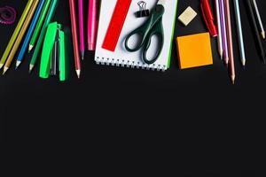 set di cancelleria su sfondo nero. torna al concetto di scuola. posto per il testo. foto
