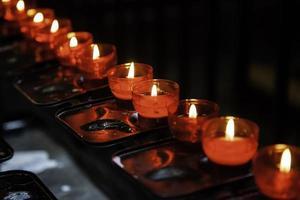 candele di cera in una chiesa foto