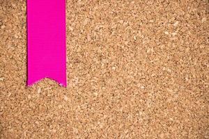 nastro rosa sul fondo di struttura della bacheca di sughero foto