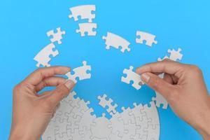 connessione jigsaw, puzzle nella mano di un uomo d'affari, team di lavoro che assembla puzzle. foto