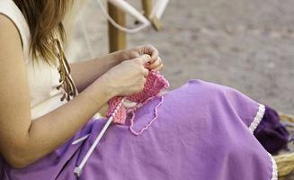 giovane donna che lavora a maglia vestiti di lana foto