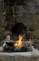 fuoco di carbone in una fucina foto