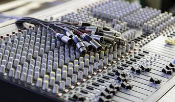 mixer in uno studio di registrazione foto