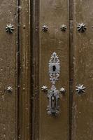 vecchia porta di legno con serratura foto