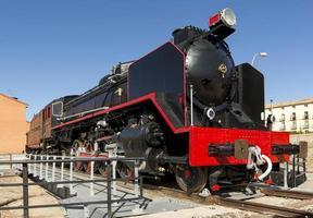 molto vecchia locomotiva a carbone nella città di arcos de jalon, provincia di soria, castilla y leon, spagna foto