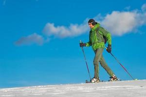 bellissimo scatto di escursionista in montagna nella stagione invernale. foto