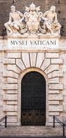 Ingresso del famoso edificio dei musei vaticani a roma, italia foto