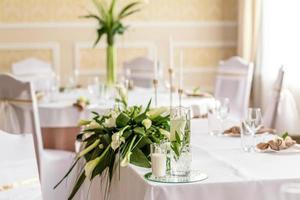 bella decorazione della vacanza di nozze con fiori e verde con decorazioni da fiorista foto