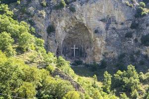 Croce su una montagna presso la città di rocca porena, italia foto