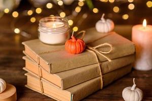 una candela accesa su un tavolo di legno davanti a un libro a mezz'asta foto