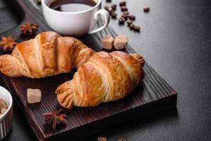 croissant francesi freschi e deliziosi con una tazza di caffè profumato foto