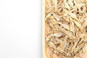 essiccato piccolo pesce al forno croccante isolato su sfondo bianco foto