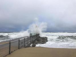 tifone in Corea del Sud. grandi onde si infrangono sul lavaggio. spiaggia della città di gangneung. foto