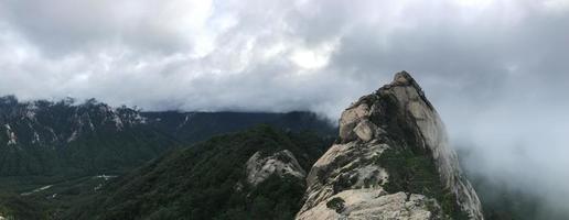 panorama. grandi rocce al parco nazionale di seoraksan, corea del sud foto