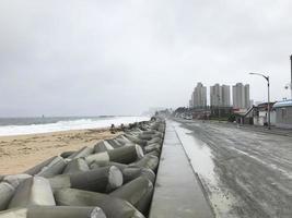 sokcho città dopo il tifone in Corea del sud. brutto tempo sul mare foto