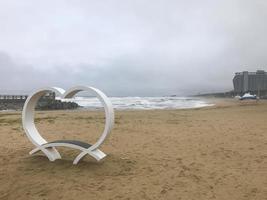 tifone in Corea del Sud. spiaggia di sokcho. brutto tempo sul mare foto