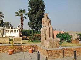 edificio storico e statua nella città di hugharda, egitto foto