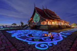 Colpo al crepuscolo del tempio sirindhorn wararam phu prao a ubonrachatani, thailandia foto