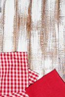 vtovaglia, tovagliolo rosso sul vecchio tavolo di legno, concetto di vacanza, mock up foto