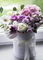 bellissimi fiori in una scatola rotonda bianca foto