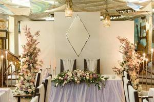 bellissime composizioni floreali nel ristorante per la cerimonia nuziale foto