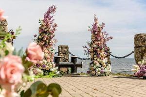 bellissima composizione floreale per una cerimonia di matrimonio sulla costa dell'oceano foto