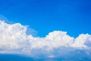 belle nuvole bianche in un cielo azzurro brillante in una calda giornata estiva foto