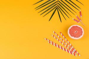 accessori da spiaggia con conchiglie e stelle marine su sfondo colorato foto