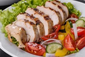 deliziosa insalata fresca con pollo, pomodoro, cetriolo, cipolle e verdure con olio d'oliva foto