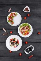 tre deliziose insalate fresche con pollo, pomodoro, cetriolo, cipolle e verdure con olio d'oliva foto